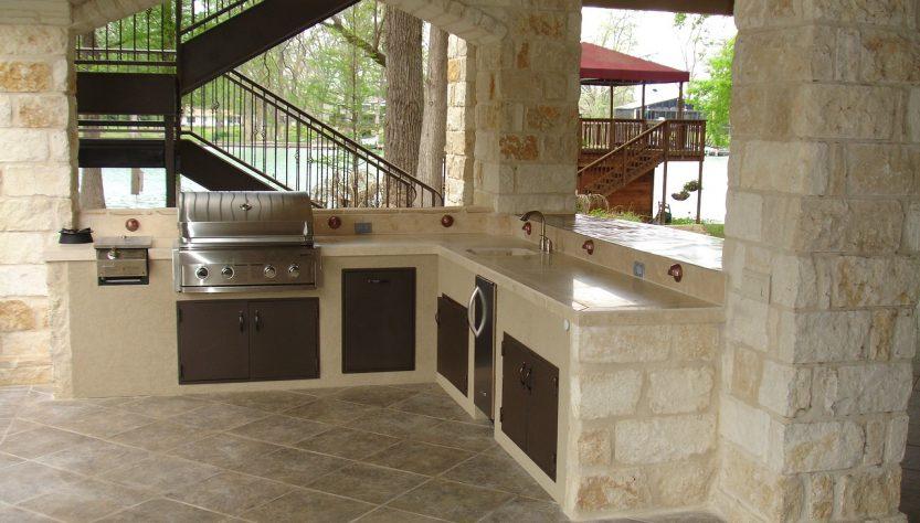 Optez pour une cuisine extérieure chic et moderne.